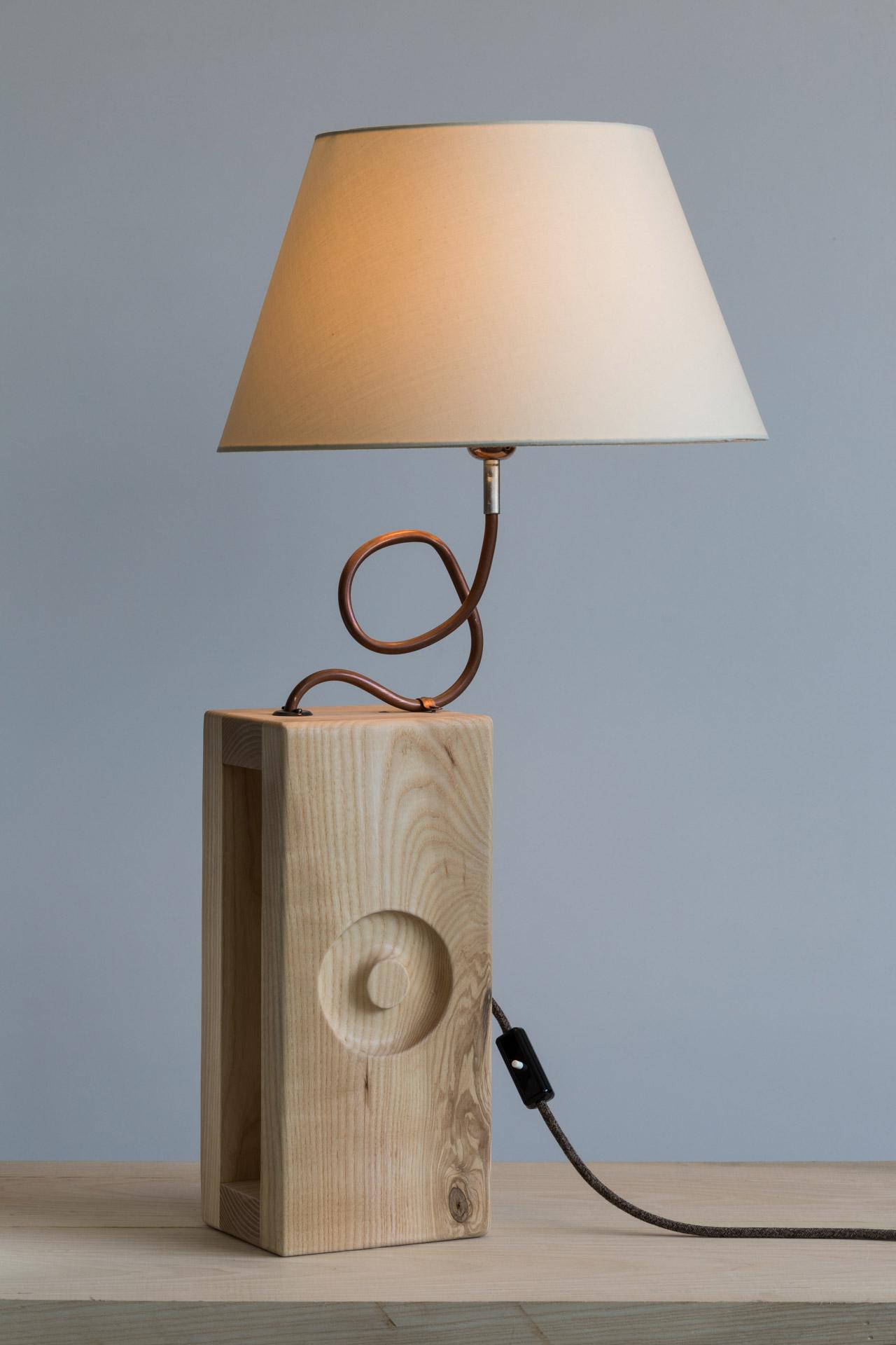 Lampada da tavolo in legno naturale di frassino olivato massello, rame e paralume in cotone