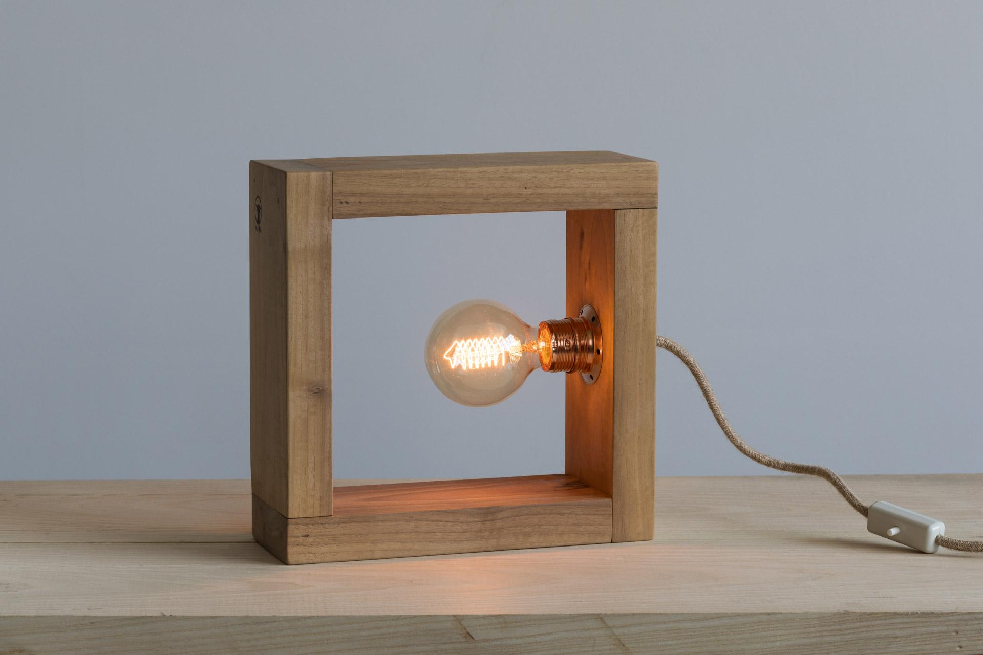 Lampada da tavolo in legno naturale di noce massello e rame