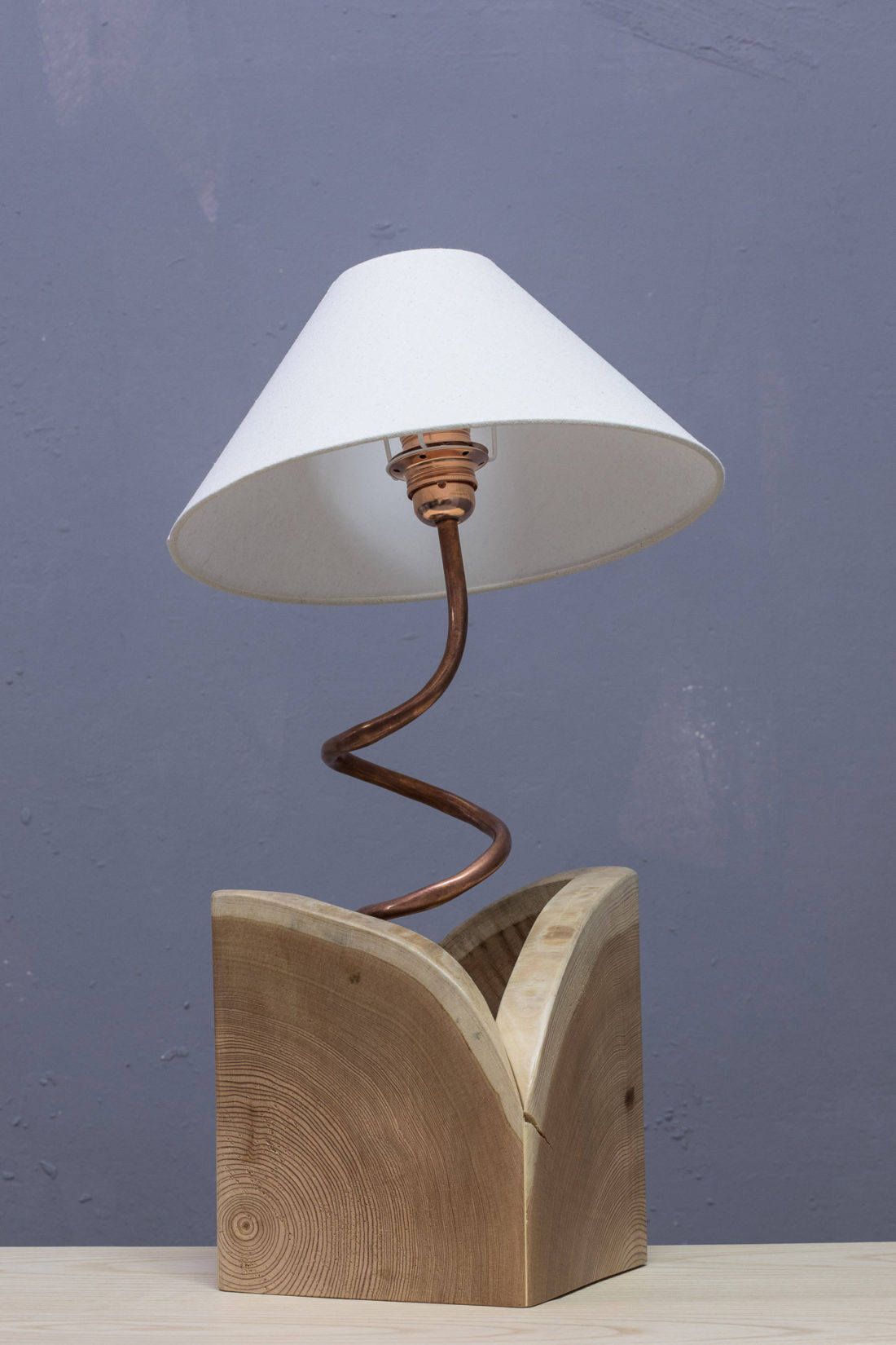 lampada da tavolo design legno e rame
